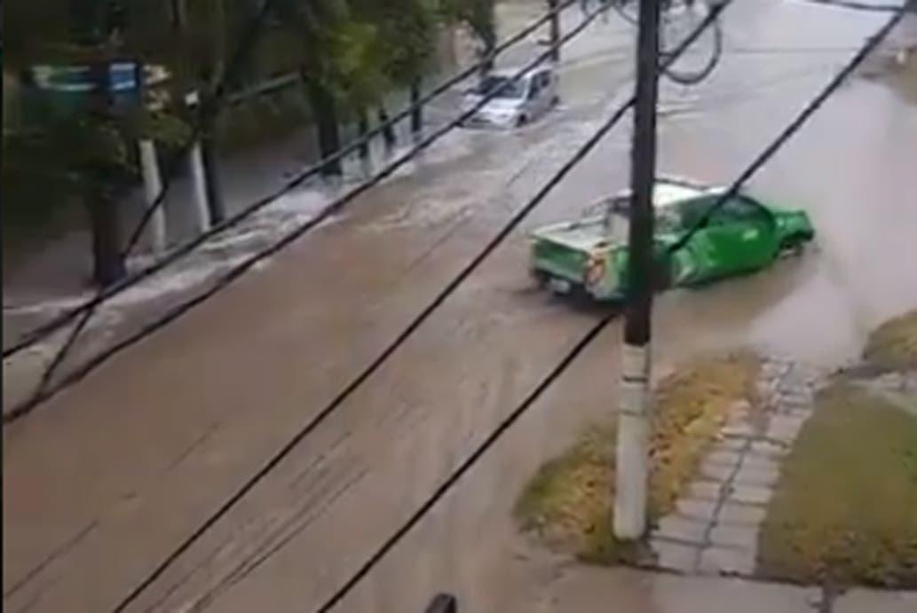 Calles anegadas y árboles caídos por el temporal en la Costa Atlántica y  rige el alerta rojo